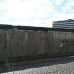 Material für die Schule – Eine Mauer trennt die Stadt