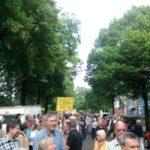 Menschenkette zum Erhalt der Kleingartenanlage Durlach